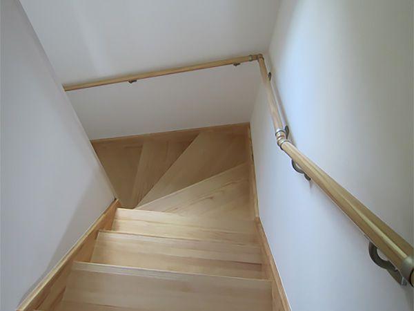 やわらくあたたかな無垢の階段を採用しました。すべりにくいのも無垢ならではの特徴です。