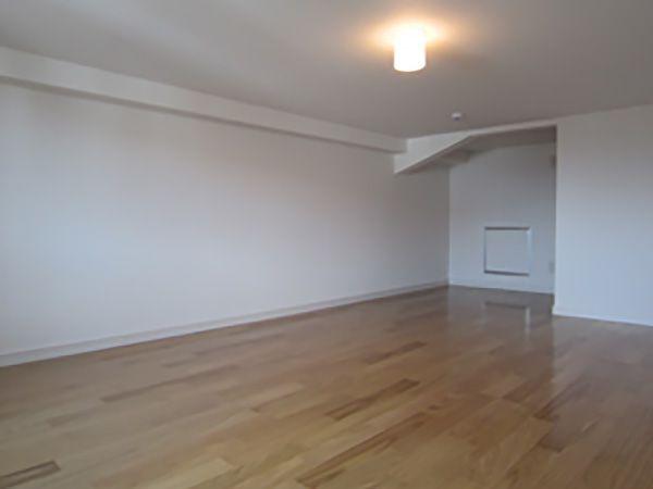 いかがでしょうか、この広い小屋裏収納部屋。2階から階段で上がって頂いて、収納部屋なのにこんなに明るい。どんなモノが収納されるのか・・・たっぷりとお使いください。