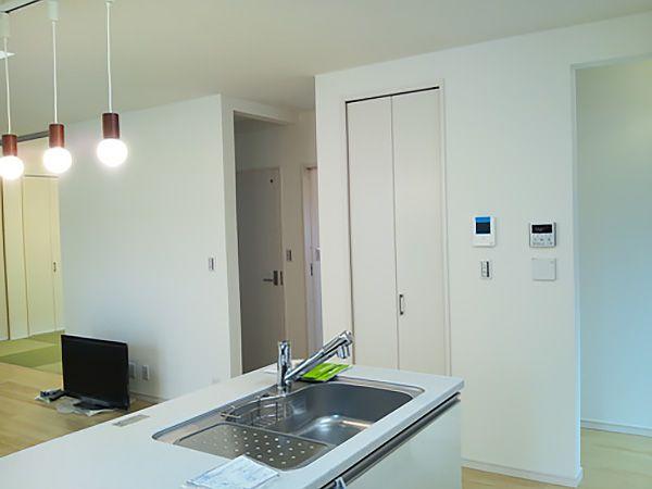 キッチンのすぐ横には、使い勝手の良いパントリーを設置。奥様の動線を考えて、使いやすい場所に配置しています。