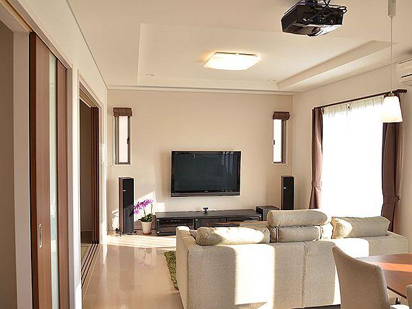 壁掛けの大型テレビの前に200インチの大スクリーンが降りてきます。 電動スクリーンは見る素材に合わせて投影面積を可変し、迫力のサウンドも相まって、リビングはひと時のシネマコンプレックスとなります。 ALCの防音性能がリビングをホームシアター室に早変わりさせます。