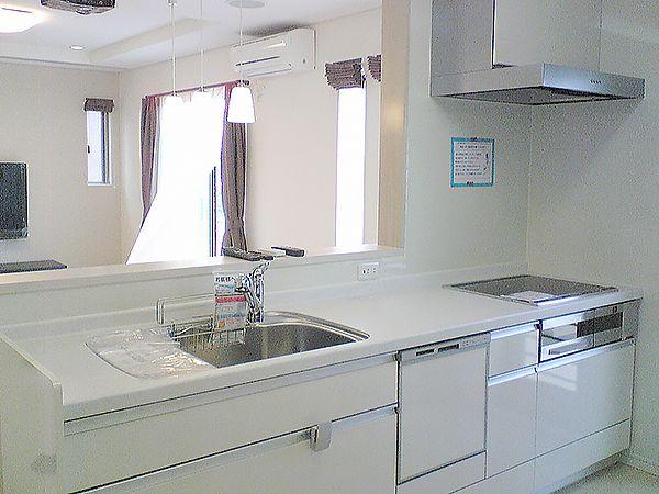 明るいオフホワイト色で統一されたキッチン。家全体の印象にピッタリなやさしい印象を与えてくれます。