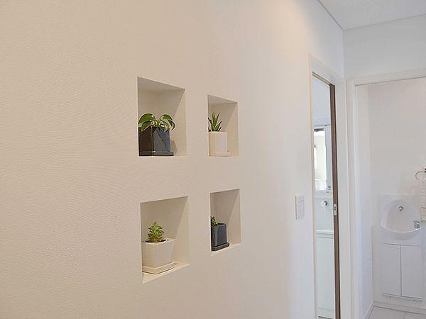 玄関ホールにセットされたお洒落なニッチ、お気に入りの観葉植物がお客様を優しくお迎えします。