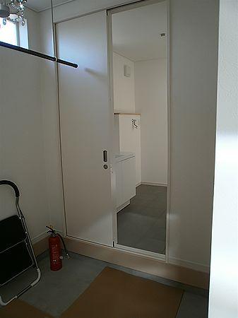 玄関収納から直接洗面所に入ることが出来ます。お子様が汚れて帰ってきても安心です。