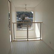 2階のホールは南面に設置した大きな窓から外の景色が広がります。吹き抜けの腰壁を透明にしたことも大きなポイントです。