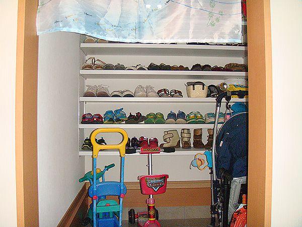 ご家族みんなの靴はもちろんのこと、ベビーカーや三輪車もスッキリ納まります。