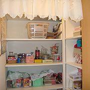 パントリーを設置する事で、キッチン周りをいつでもすっきり片付ける事が出来ます。