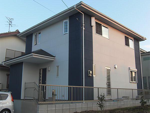 お施主様の好きなブルーをポイントに、建物の四隅にアクセントパネルを使い強調させております。