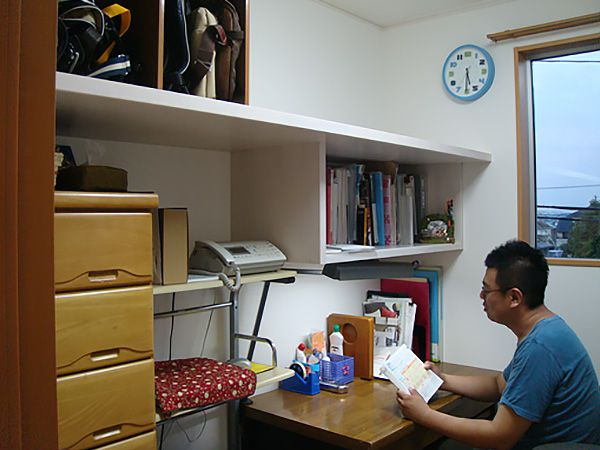 仕事も出来、臨時の部屋としても使える、自分だけの空間が欲しかったご主人。大工さんに作ってもらった造り付けの本棚は高さも丁度良く、使いやすい。これで仕事も捗りますね。