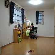広い空間なので、勉強机のスペースと遊ぶスペースと分けて使います。
