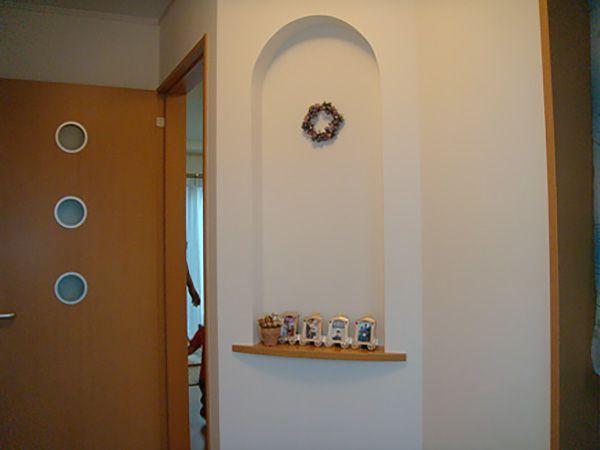 玄関ホールの斜め壁にはニッチを設けました。これから家族の思い出写真を飾る予定です。
