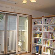 お子様達はこちらの本棚から寝る前に読む本を選ぶのがすっかり習慣になっています。