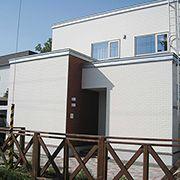 玄関には地元の北海道江別市で作られているレンガをアクセントとして使用しております。