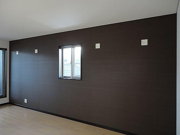 寝室は、シックな壁紙をアクセントにして落ち着きのある空間になっています。
