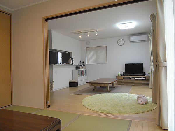 床を明るい色の無垢にして、やわらかい空間を造りました。