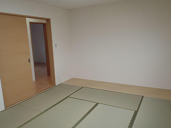 2Fの寝室は、フローリングにせず敢えて畳にしました。1Fの和室は和紙の畳ですが、寝室はい草の香りがお好きとのことでしたのでこちらの畳にさせていただきました。