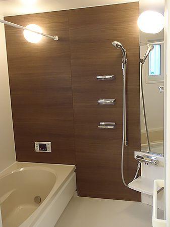 お風呂の壁の色は、外壁の色と同色の茶系にしています。落ち着きのある空間でリラックスできます。