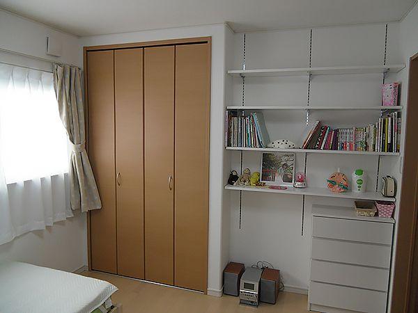 お子様の部屋はスッキリ見せたい隠す収納スペースと、本棚や趣味の小物がディスプレイできるおしゃれで使いやすいオープンな収納を造りました。
