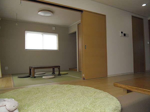 リビングから続く和室があることによって、広がりのある空間になりました。
