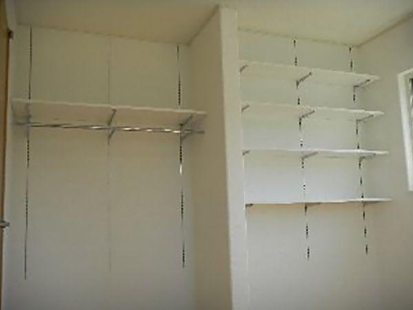 ご主人様の書斎には、扉のある収納よりも、動線に無駄が無く整理できにようにオープンな収納を造りました。