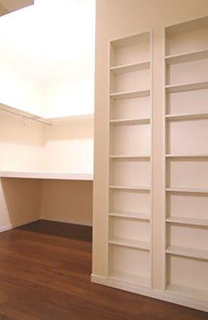 寝室に併設されたウォークインクローゼットにはご主人の趣味の本を多く収納出来るように、専用の書棚を造りました。