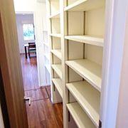 食品庫のドアは洗面所へとつながり、家事導線も考慮しています。買い置きが得意という奥様にも、これだけのスペースがあればバッチリですね。