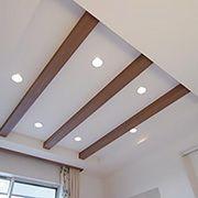 3本の化粧梁が天井のアクセントとしておしゃれな空間を引き立たせます。 LEDのダウンライトは調光器付きです。