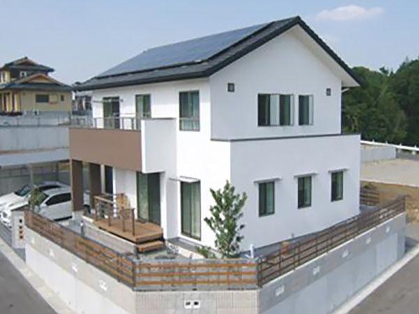 大きな屋根に5kWの太陽光初電システムを搭載。毎月の売電チェックがお楽しみだそうです