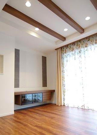 リビングの壁にも使用した「エコカラット」が、さらにおしゃれな空間にグレードアップ。テレビボードも造り付で作成しました。