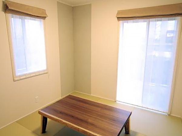 2部屋ある和室は、同様に健康的でお手入れのしやすい和紙畳を採用しています。アクセントとしての壁隅の壁紙もおしゃれです。