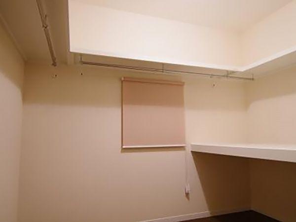 ウォークインクローゼットの奥のスペースにはご夫婦の衣装や布団も全て収納できます。収納スペースをひとまとめにすることで寝室がとてもスッキリしました。