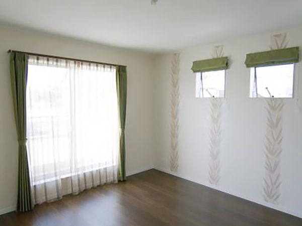 大きな窓から入る陽の光が部屋全体をやさしく包み込みます。