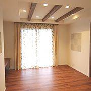 落ち着いた色めの床材とドア、3本の化粧梁がお部屋を温かい印象にしています。