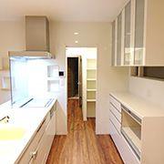 キッチンのすぐ横には食品庫があります。更に食品庫には勝手口があり外に出ることができます。