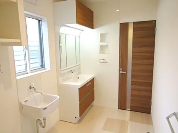 洗面室の床には、耐水性の高いLYタイルを採用。洗面台の隣に設置したシロップシンクは、お子様の上靴や靴下など、泥汚れのひどい物を洗濯機に入れる前に下洗いできとても便利です。