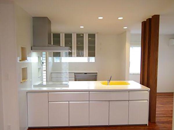ホワイトでまとめた爽やかなオープンキッチン。収納も沢山あり使い勝手が抜群です。