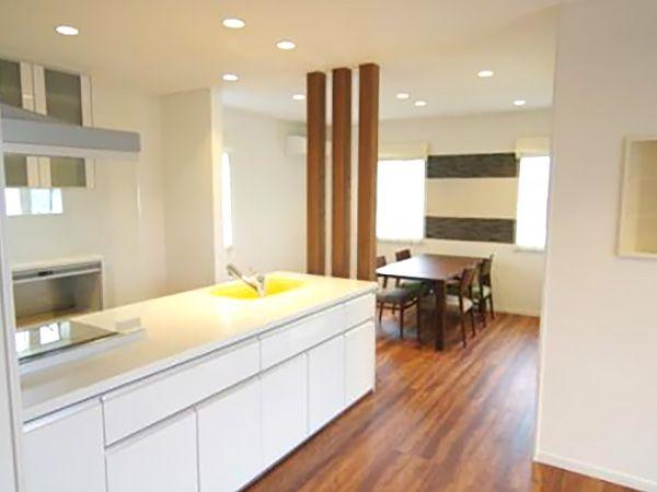 キッチンとダイニングの間にある杉の無垢材を使用した意匠柱は、ウォルナット色の床に合わせて塗装し統一感を出しています。