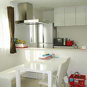 奥様こだわりの対面キッチンと単独レンジフード!キッチン廻りがとてもスッキリ見えます。
