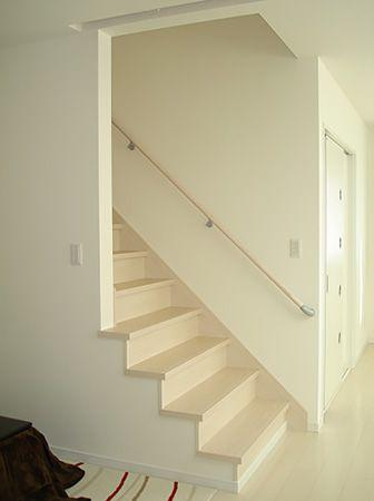 階段壁を片側なくす事で圧迫感のないリビングを実現することが出来ました。