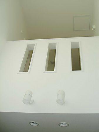 吹き抜けの腰壁にあるスリットは、見た目のおしゃれに加えて風や光が通りやすくなる機能を兼ね備えています。