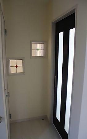 玄関ホールの壁に正方形のステンドグラスを2枚入れました。リビングの照明の明かりが暖かく零れ、家に帰ってきた時もほっとします。