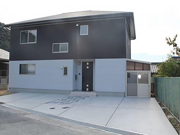 とてもシンプルな総二階の家です。逆にシンプルだからこそ間取りなど、空間を自由に創り上げることできたと思います。外壁の色使いは妻のこだわり。この色使いを基に室内も同じような配色にしました。