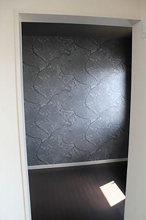 書斎は奥の壁紙を地図のような柄にして、天井とサイドの壁紙を黒の立体的な市松模様にしました。この部屋に入るとまるで「別世界」。ちょっと高級な感じもして、エグゼクティブな気分を味わえます。
