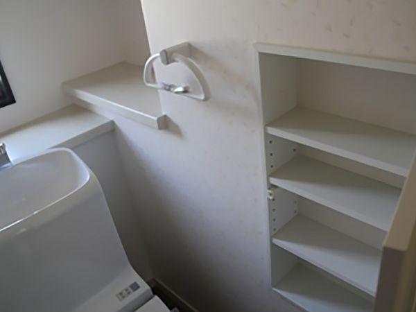 階段下のスペースを有効利用して収納を二箇所作りました。トイレットペーパーを沢山収納できる棚や、奥には買い置きを置けるスペースを作ってもらいました。