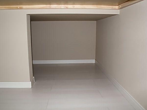 押入れの奥になる階段下スペースを+αの収納スペースとして作ってもらいました。日頃使わないものなどを収納しておく予定ですが、当面は子供の「秘密基地」として活用されそうです…。