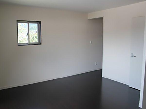 """1Fと2Fの床の色を変えてあります。日頃ゆっくり過ごす1Fの床は明るい色で白色。寝室や落ち着いた雰囲気を味わいたい2Fはダークブラウンにしました。""""昼と夜で雰囲気が違う家""""の様でとても気に入っています。"""