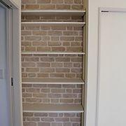 キッチン最大のこだわりが奥様待望のパントリー。壁紙をレンガ模様にして雰囲気を出しています。