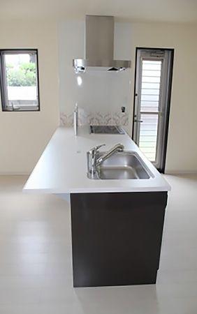 壁からキッチンまでの距離を少し広げ、食器棚や冷蔵庫を置いても人が通れるスペースが1m程度確保しています。お二人で同時にキッチンに立ってもぶつかる事もなく「ゆったり」と料理ができます。