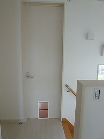 寝室のドアはワンちゃんがいつでも出入り出来る様にペットドアを採用しています。
