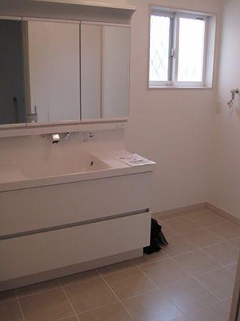 横幅120センチの洗面台は広々。お子さん3人で並んで歯みがきできます。