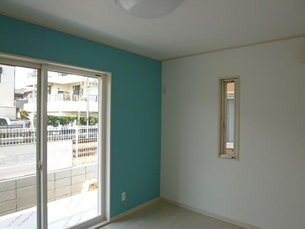 プレイルームの隣にある2部屋は、お子様の寝る部屋と勉強の部屋になっています。それぞれ壁紙の色を変えて、空間にメリハリをつけました。